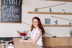 咖啡馆的红头发人女孩 库存图片