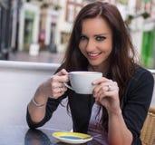 咖啡馆的美丽的妇女 免版税库存图片