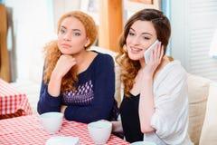 咖啡馆的美丽的妇女 库存图片