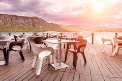 咖啡馆的美丽的景色由海的 免版税图库摄影