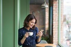 咖啡馆的美丽的逗人喜爱的亚裔年轻女实业家,使用mobi 库存图片