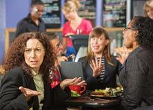 咖啡馆的被激怒的妇女 图库摄影