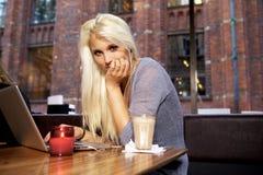 咖啡馆的逗人喜爱的女孩 免版税库存照片