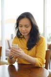 咖啡馆的年轻可爱的妇女 免版税库存照片