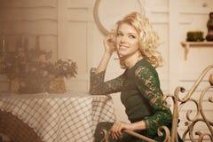 咖啡馆的年轻美丽的妇女 Th的现代时髦blondy女孩 免版税库存照片