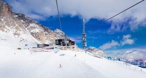 咖啡馆看法在Val加迪纳滑雪胜地的在阿尔卑斯 库存图片