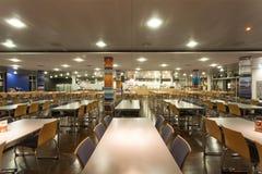 咖啡馆空的空间与明亮的灯和桌的在现代家具样式 库存照片