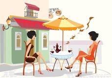 咖啡馆聊天的女孩 免版税库存图片