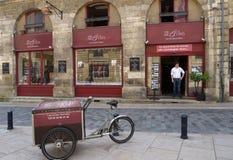 咖啡馆艺术和Vins在红葡萄酒,法国 库存图片