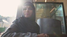 咖啡馆认为的沮丧的阿拉伯女性,不定决定,不可靠 股票视频