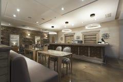 咖啡馆酒吧的内部 免版税库存照片