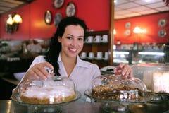 咖啡馆酥皮点心存储女服务员 免版税库存照片