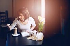 咖啡馆顾客品尝caffe拿铁 库存图片