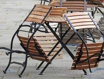 咖啡馆餐馆位子椅子堆桌 免版税库存图片