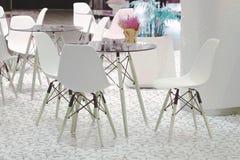 咖啡馆餐馆桌在一家豪华旅馆里 室内装璜和空的拷贝空间 免版税图库摄影