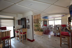 咖啡馆,在现代的萨拉热窝附近变苍白 库存照片