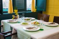 咖啡馆,桌设置,黄色和绿色 免版税图库摄影