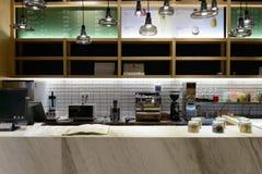 咖啡馆主持空的内部编号表 免版税图库摄影