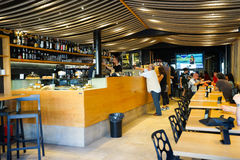 咖啡馆主持空的内部编号表 免版税库存图片