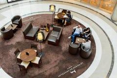 咖啡馆主持空的内部编号表 免版税库存照片