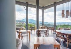 咖啡馆&餐馆有山和天空的 库存图片