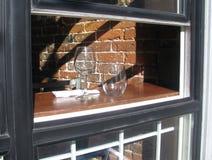 咖啡馆` s开窗口在一个晴天 库存照片