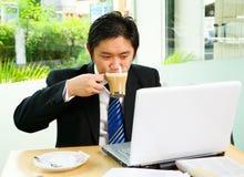 咖啡馆cofee饮用的工作 免版税库存照片