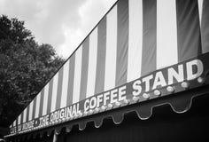 咖啡馆du monde在一个多雨早晨 免版税库存图片