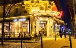 咖啡馆Le cepage Montmartrois在晚上,巴黎,法国 免版税库存照片