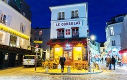 咖啡馆Le Consulat在晚上,巴黎,法国 免版税库存图片
