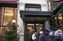 咖啡馆Sacher旅馆入口在维也纳 免版税库存图片