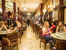 咖啡馆Tortoni在首都布宜诺斯艾利斯,阿根廷的市中心 免版税库存照片