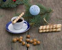 咖啡,与圣诞树装饰的一个冷杉木分支, nutle 库存照片