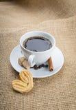 咖啡,在麻袋布背景的曲奇饼 库存照片