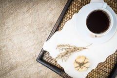 咖啡,在麻袋布背景的曲奇饼 图库摄影