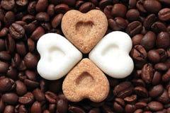 咖啡,我爱你!咖啡豆和糖心脏 免版税库存图片