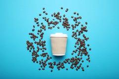 咖啡,拿铁,浓咖啡,上等咖啡饮料 豆和拿走饮料 库存照片