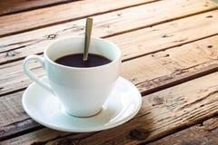 咖啡,断裂,生活方式,在木桌上的热的咖啡服务 免版税库存照片
