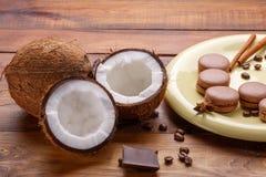 咖啡,椰子,蛋白杏仁饼干,巧克力,在木背景的桂香 库存照片
