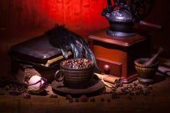 咖啡,烘干玫瑰色和研磨机 库存图片