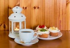 咖啡,甜点结块用果子和灯笼 库存图片