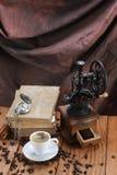 咖啡,磨咖啡器,咖啡豆,古色古香的时钟,老 免版税库存图片