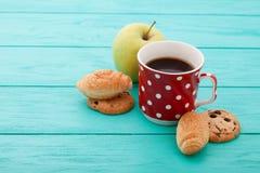 咖啡,苹果果子用在蓝色木桌上的新月形面包 选择聚焦 复制空间 图库摄影