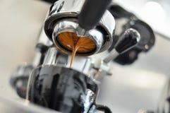 咖啡从专业煮浓咖啡器的提取过程 免版税图库摄影