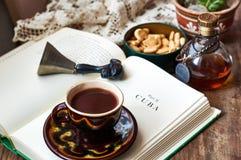 咖啡读书 免版税图库摄影