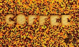 咖啡 从可食的信件的词在给上釉的powd说谎 免版税图库摄影