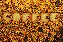 咖啡 从可食的信件的词在给上釉的powd说谎 免版税库存照片