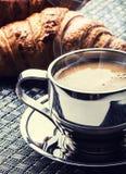 咖啡 咖啡 不锈钢咖啡和两个新月形面包 咖啡休息企业断裂 免版税库存图片