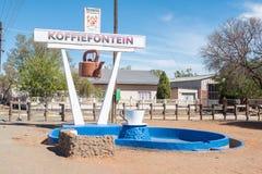 咖啡水壶和杯子在Koffiefontein 图库摄影