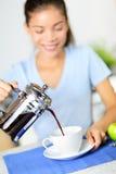 咖啡-妇女饮用的法国人新闻咖啡 免版税库存图片